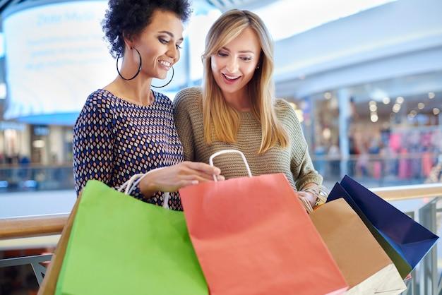 Vrouwen praten over wat ze hebben gekocht