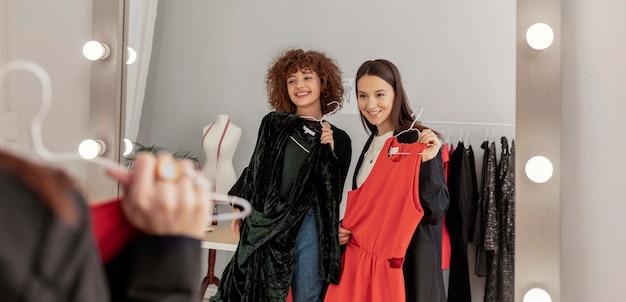 Vrouwen proberen kleren in de winkel