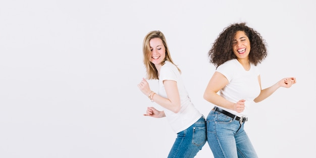 Vrouwen raken billen tijdens het dansen