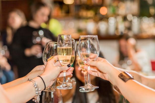 Vrouwen roosteren met drankjes