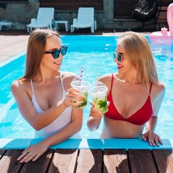 Vrouwen roosteren met hun cocktails