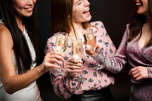 Vrouwen roosteren ter viering van het nieuwe jaar