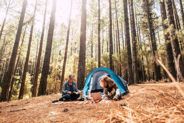 Vrouwen samen vrij kamperen in de dennen