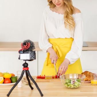 Vrouwen scherpe groente in keuken
