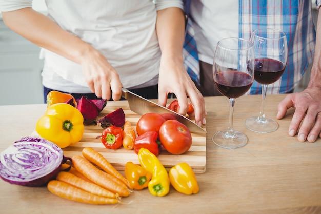 Vrouwen scherpe tomaten met haar echtgenoot