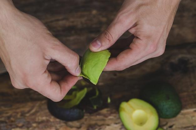 Vrouwen schoonmakende avocado