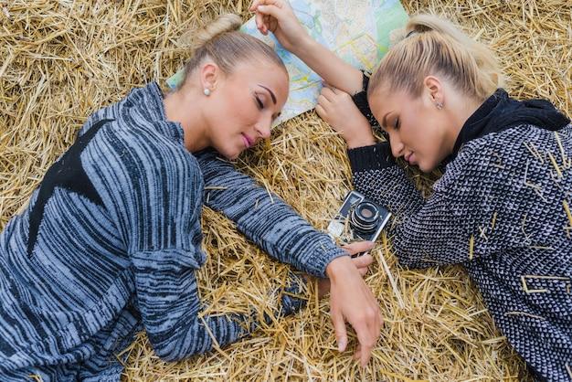 Vrouwen slapen in de hooi