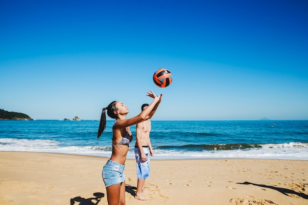 Vrouwen spelen beachvolleybal