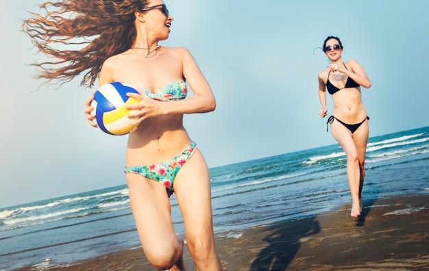 Vrouwen spelen de strandbal