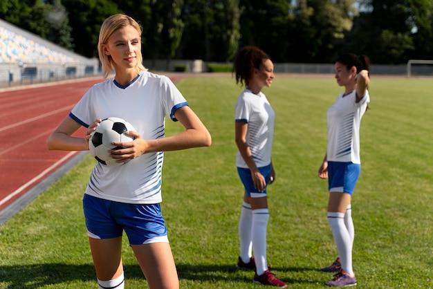 Vrouwen spelen in een voetbalteam