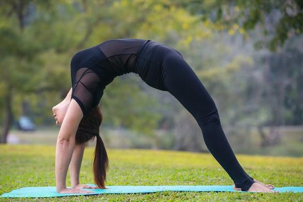 Vrouwen spelen yoga in de sportschool. het uitoefenen.