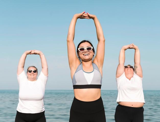 Vrouwen sporten naast de zee