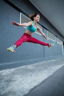 Vrouwen springen tijdens het beoefenen van parkour