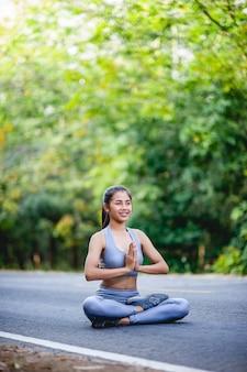 Vrouwen trainen graag voor een goede gezondheid. oefening concept