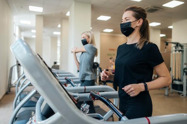 Vrouwen trainen in de sportschool tijdens de pandemie