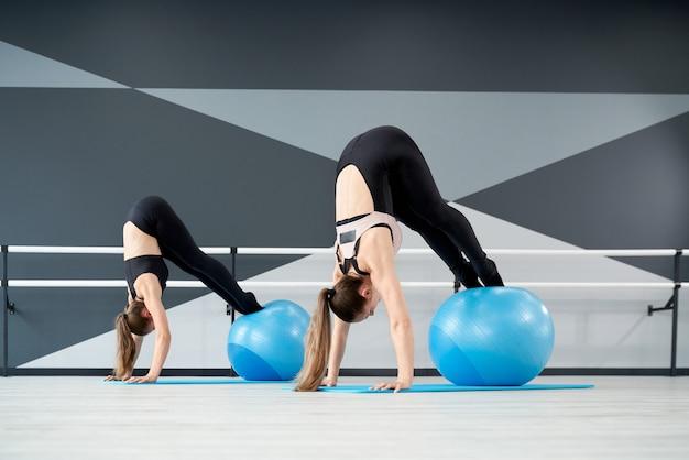 Vrouwen trainen kernspieren met behulp van fitnessballen