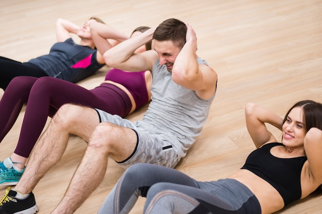 Vrouwen trainen met de trainer