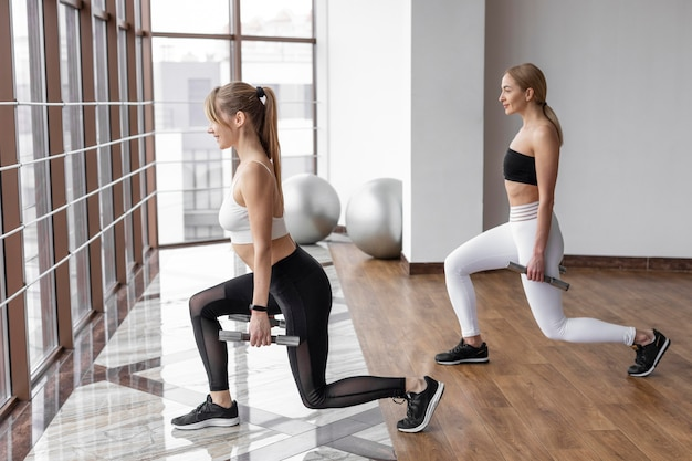 Vrouwen trainen met halters
