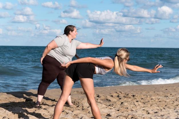 Vrouwen trainen samen aan wal