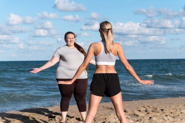 Vrouwen trainen samen buitenshuis