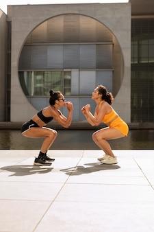 Vrouwen trainen samen full shot