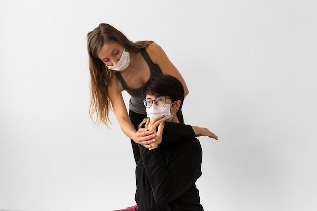 Vrouwen trainen samen na coronavirusbehandeling met medische maskers