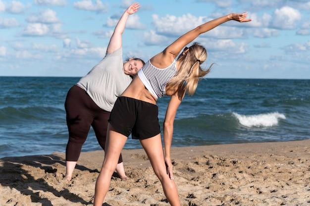 Vrouwen trainen samen op het strand