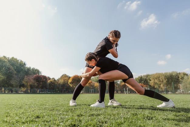 Vrouwen trainen voor een rugbywedstrijd