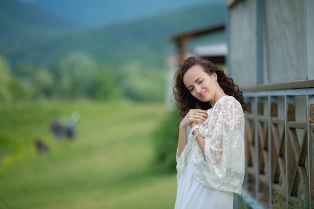 Vrouwen van 25-30 jaar met donker haar in de natuur met prachtige landschappen