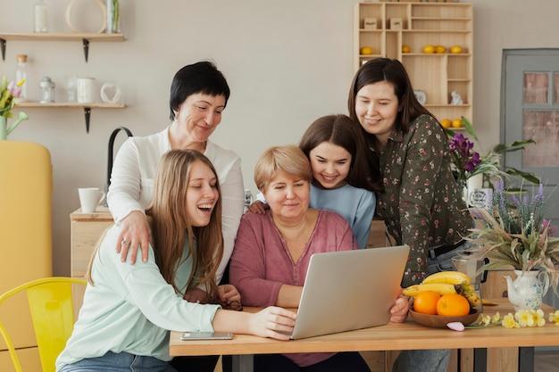 Vrouwen van alle leeftijden die op internet surfen