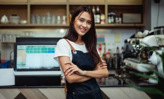 Vrouwen van de nieuwe generatie doen kleine zaken in de coffeeshopbalie