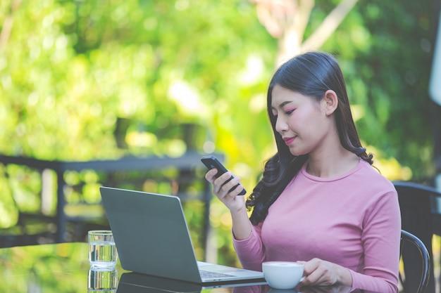 Vrouwen verkopen producten via sociale media