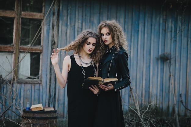Vrouwen vermomd als heksen in een verlaten huis