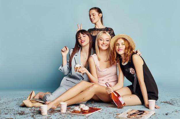 Vrouwen vieren het feestje met plezier