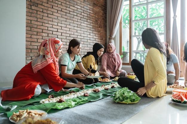 Vrouwen voorbereiden op het diner met vrienden thuis