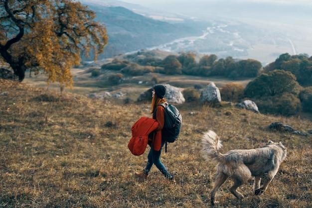 Vrouwen wandelaar een wandeling met hond in de natuur