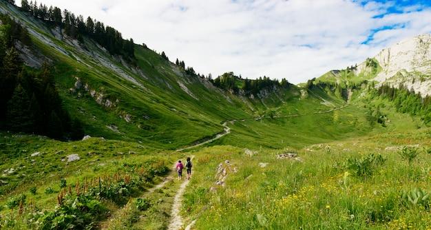 Vrouwen wandelaar op een parcours in de franse alpen