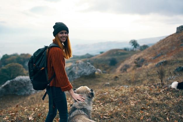 Vrouwen wandelaars tivikom natuur bergen landschap reizen spelende honden