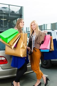 Vrouwen waren aan het winkelen en naar huis aan het rijden