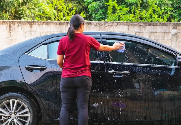 Vrouwen wassen auto's