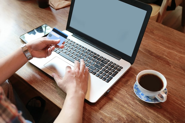 Vrouwen wat betreft het scherm en man het typen laptop op houten lijst