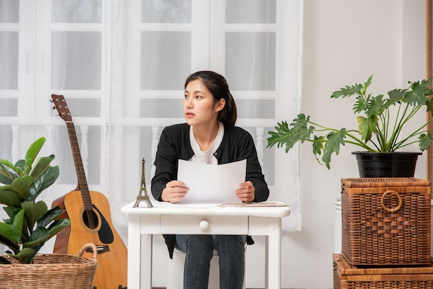 Vrouwen werken aan tafel en analyseren documenten.