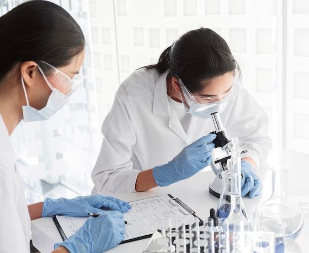 Vrouwen werken samen aan een chemisch project