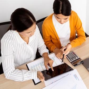Vrouwen werken samen aan een innovatief project op het werk