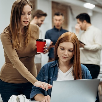 Vrouwen werken samen aan een project