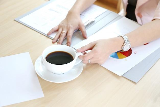 Vrouwen wijzen laptopscherm en man typen laptop op houten tafel, internet van dingen. koppel mensen die aan laptop werken tijdens discussie en online winkelen samen, relatie
