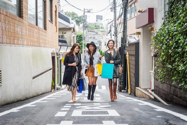 Vrouwen winkelen in tokio
