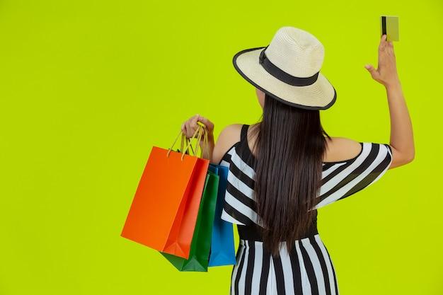Vrouwen winkelen met boodschappentassen en creditcards