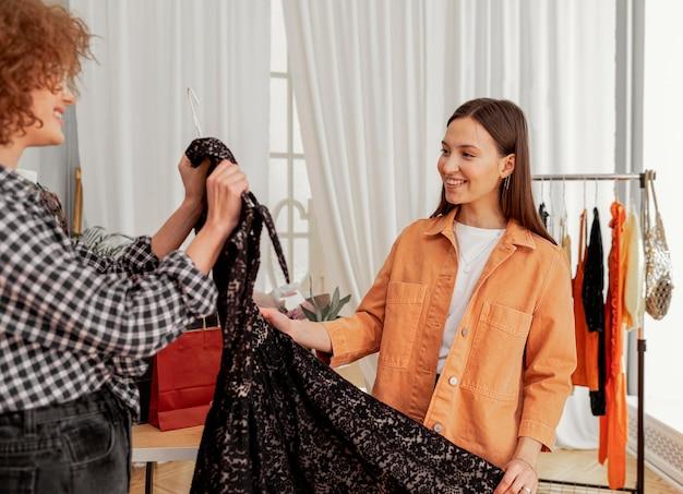 Vrouwen winkelen samen in de winkel