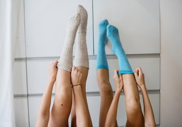 Vrouwen zetten benen op de muur